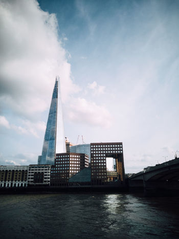 Shot with the HONOR 10. Architecture City City Life Cityscape Exploring EyeEm EyeEm Best Shots London Bridge - Man Made Structure Building Exterior Cloud - Sky Explore Honor 10 Huaweiphotography Landmark No People Office Building Exterior Outdoors River Shard Skyscraper Streetphotography Tall - High Travel Destinations Water