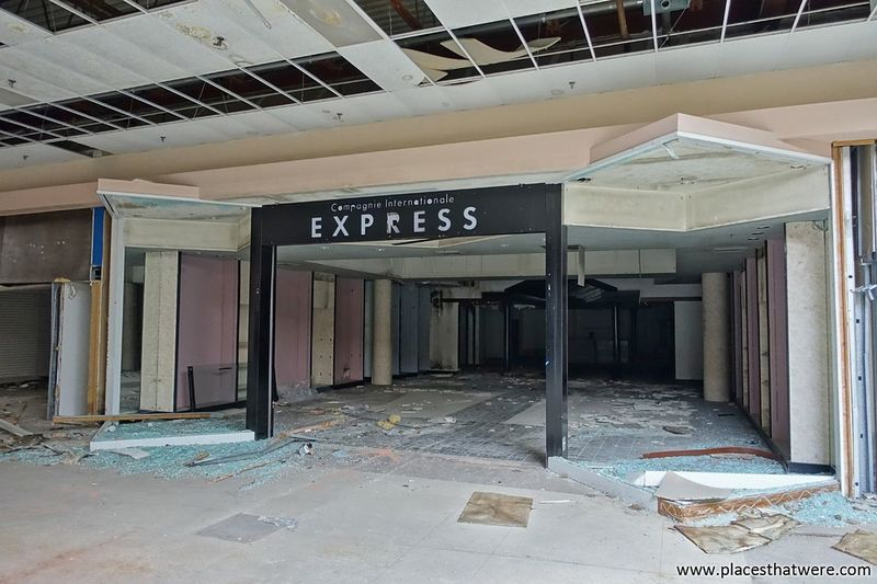 Express yourself. www.placesthatwere.com Express Abandoned Eerie Abandoned & Derelict Creepy Rust Belt Abandoned Places Urbex Urban Exploration Dead Malls Dead Mall Rolling Acres Akron Akron Ohio Anandoned Abandoned Mall Retail  Store Storefront Urban Decay No People Abandoned Building Doorway Indoors  Mall