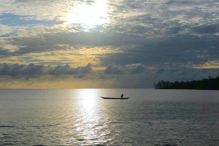 The rhythm of the waves of the sea of siberut ... Manaikoat cottage is where we dove and be happy in the morning and grateful to feel the amazement of the handmade of the Lord of our nation Indonesia, where we can enjoy the beautiful sunrise on the east of the island, the sea view of siberut island, is the charm The beautiful islands mentawai which is a group of western islands of western sumatera province, its beauty is very dangerous, when standing and see the angle of sea view hence this attention very charming beautiful. Photos and text by James a Watulingas. Boat Canon Canon Eos  Canon M3 Canonphotography Fishing Fishing Boat Sea Seascape Sky And Clouds Sunrise The Great Outdoors - 2017 EyeEm Awards The Great Outdoors - 2017 EyeEm Live For The Story Nature Sea Live For The Story Sea And Sky Seascape SeaScapePhotography Sunrise The Great Outd Outdoors The Photojournalist - 2017 EyeEm Awards Let's Go. Together. EyeEmNewHere The Great Outdoors – 2017 EyeEm Awards  Photo Journalism SeaScapePhotography