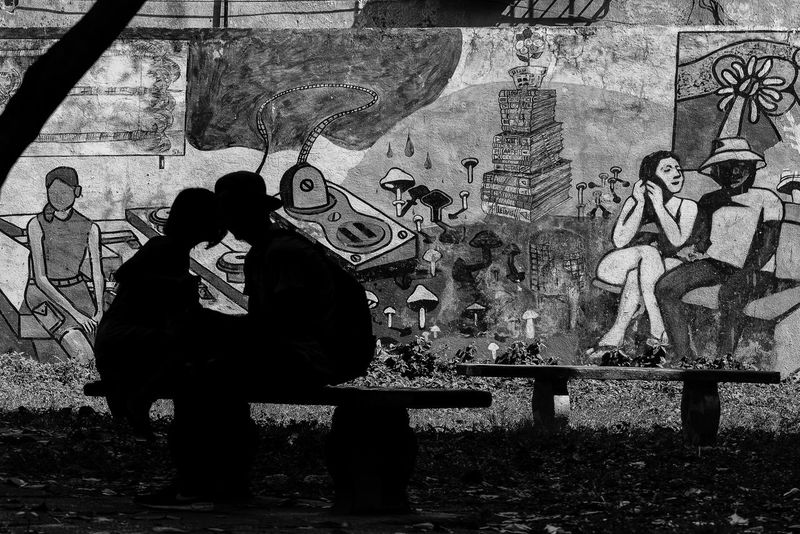 Young Couple in Havana, Cuba Black & White Cuba Cuba Collection Graffiti Pareja Sitting Outside Blackandwhite Blackandwhite Photography Cuban Life Grafitti Wall Parejas♡ EyeEmNewHere EyeEm Ready   An Eye For Travel Adventures In The City The Street Photographer - 2018 EyeEm Awards The Street Photographer - 2018 EyeEm Awards