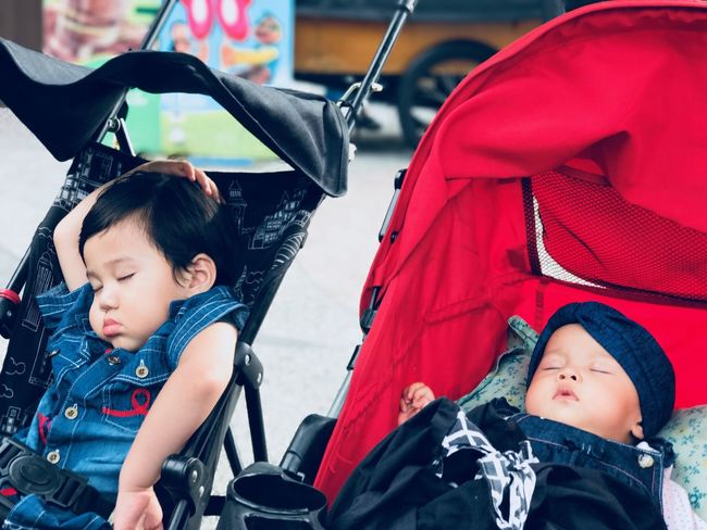 Lifestyles Muslim Kids Stroller Evening Walk Urban Lifestyle Lifestyle Tired Sleeping Sleeps Like No One Is Watching Do What You Want