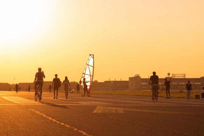 Backlight Berlin Bike Bycicle Fahrrad Fahrradfahren Flughafen Friedrichshain Kreuzberg Lifestyles Neukölln Orange Color Segeln Silhouette Sommer Sonne Sonnenuntergang Sport Sports Summer Sun Sunset Surfer Tempelhofer Feld Wind Surfing