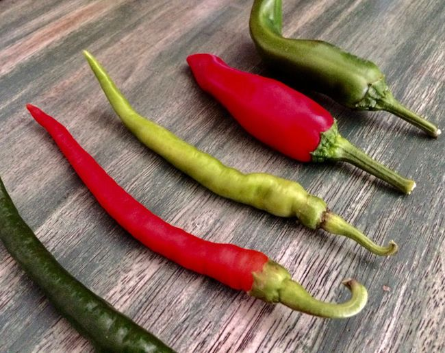 Beautiful Nature Chili Pepper Culinary Food And Drink Foodphoto Beauty In Nature Colors Of Nature Food Food And Drink Food Photography Foodphotography Freshness Gastronomy Green Chili Pepper Green Color Healthy Eating Peppers Spice Vegetable ın A Row