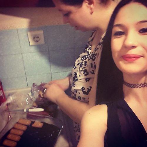 Yengem bisküvitli pasta yaparkene ♡♡ Bitanecikyengecim Bengeldimdiye Tatlılardayaparmış Canımbenimyaa çokseviyomki benyengemi ♡♡♡