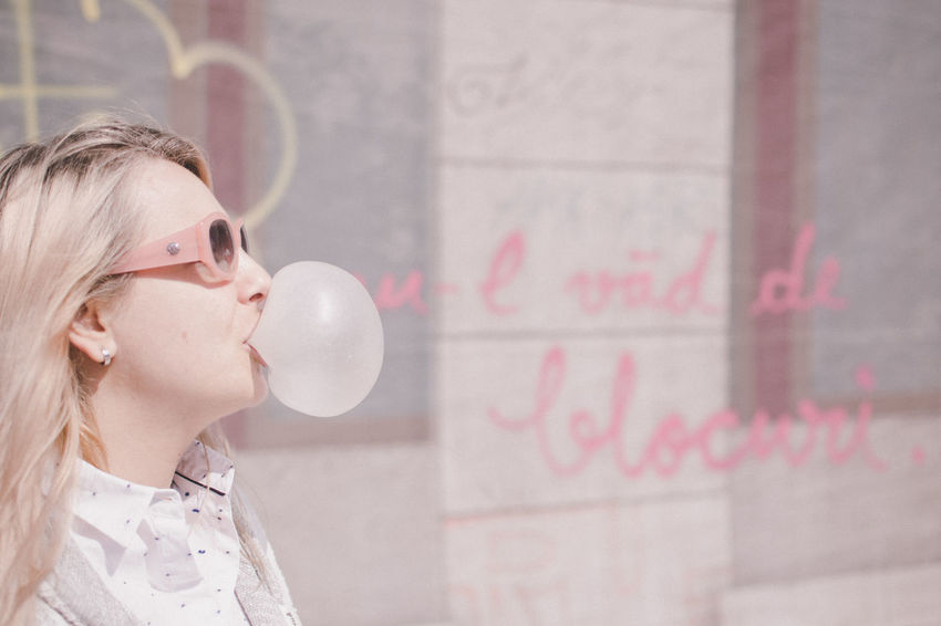 Look at the sky -> can't see because of the bubble Bubble Bubble Gum Day Drawing - Art Product Fun Millennial Pink One Person One Young Woman Only Only Women Pink Portrait Side View Sunglasses Women Young Women The Portraitist - 2017 EyeEm Awards Live For The Story Place Of Heart Sommergefühle Be. Ready. EyeEm Ready   Love Yourself Colour Your Horizn Stories From The City Inner Power Summer Exploratorium #FREIHEITBERLIN Creative Space