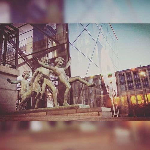 Mraa3003 Montdesarts Square Brussels Bruxelles Photographie  Photography Picture Picoftheday Pics Picsoftheday Enfants Kind Kinderen Childs Fun Rire Jeux Statue Moment Friends Belgium Belgique Belgie Belgie bxl villedebruxelles park