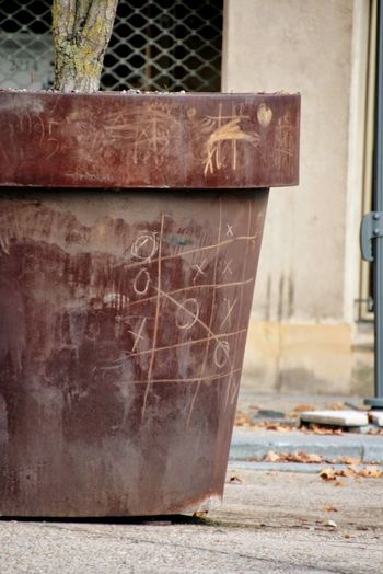 Tic Tac Toe Playing Playing Games Forbidden Sachbeschädigung Damage To Property Material Damage Metz Metz, France Abandoned Run-down Damaged No People Close-up Rusty Bad Condition The Street Photographer - 2018 EyeEm Awards