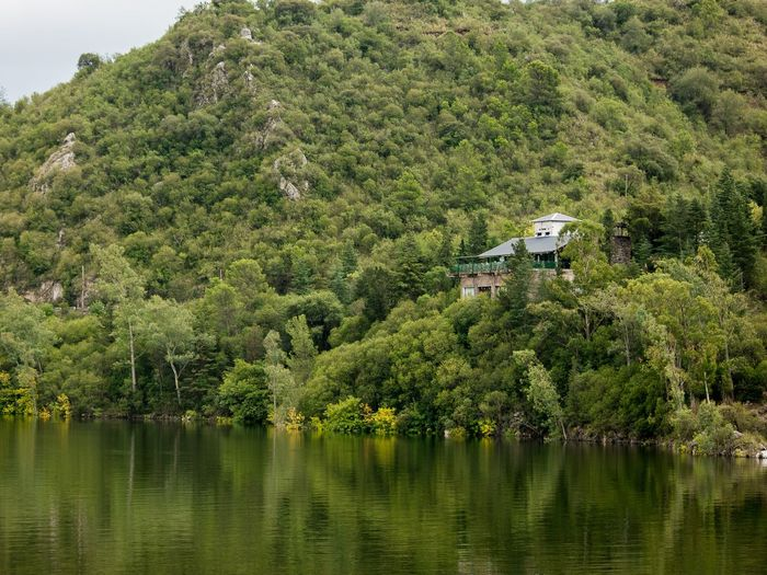 House on the edge of the lake House Nikon Nikonphotography Nikonphotographer NikonD7100 35mm Film 35mm 35mmfilmphotography EyeEm Best Shots EyeEm EyeEmNewHere Córdoba Argentina Road Tree Water Lake Mountain Architecture Sky Building Exterior Green Color Country House Tranquil Scene Lakeside Tranquility