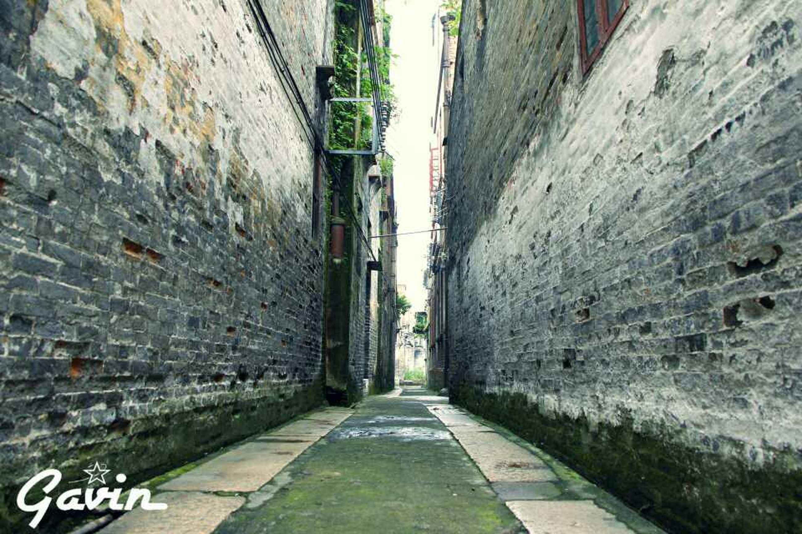 architecture, the way forward, built structure, building exterior, diminishing perspective, street, transportation, vanishing point, road, narrow, building, wall - building feature, city, alley, road marking, day, residential structure, long, empty, outdoors