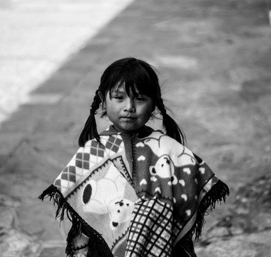Niña de ojos de curiosidad Blackandwhite Streetphotography Girl