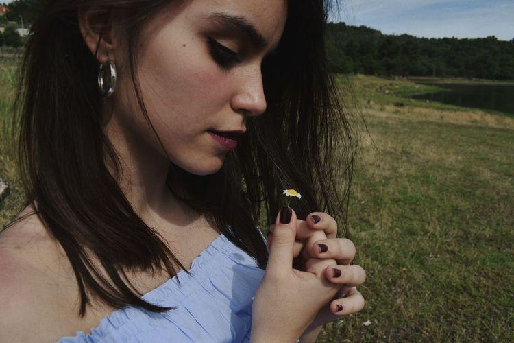 Buscaba flores en los cementerios y las describía como una batalla en mitad de un campo en ruinas, le nacían margaritas en los dedos y a todos les ponía mi nombre. First Eyeem Photo