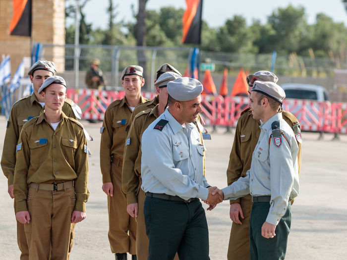 Mishmar David, Israel, Februar 21, 2018 : Officers of the IDF talk with a soldier during the formation in Engineering Corps Fallen Memorial Monument in Mishmar David, Israel Engineering Corps Fallen Memorial Monument Event Formation Officer Patriotism Soldier Soldiers Standing Uniform Warrior Armed Army Ceremony Combat Day Education Idf Infantry Israel Military Parade People person Professional Training