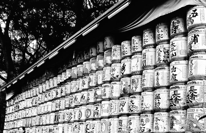 Barrels of sake are offered Yearly to the enshrined deities ( Emperor Meiji and Empress Shoken) in meiji- jingu by the Meiji-jingu Nationwide Sake Brewers Sake Barrels wrapped in Straw Meiji-Jingu Meiji Shrine Japanese Culture Shinto Shrine Tokyo Japan Travelphotography Apparenrly these are ornamental barrels and contain no sake. The barrels are from Burgundy, France