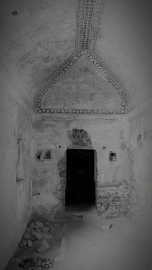 Indoors  History Architecture No People Day Architecture Castles Castleruins Designs Old Buildings Black And White Blackandwhite Photography Inside Castle Ghoststories  Ghost Town Bhangarh Fort Bhangarh