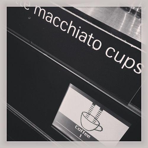 Immer schön reinlaufen lassen! Kaffeevollautomat Coffeemaker Coffee Travel Tbex Kaffee Airportzurich Zürich Zuerich Swiss Senatorlounge Business Businesslounge Lounge Reisen Kloten Zrh Travelblog Travelblogger Senator