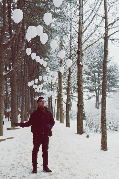 Nami Island White Balloons Winter Walk Blue Sunglasses White Pathways White Background Man Looking Up Traveller Winter In Korea