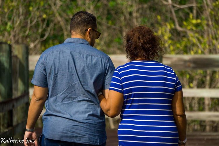 Madre e hijo Walk Mother And Son Mother Back Human Back Friendship Men Love Parent Son Family Arm In Arm