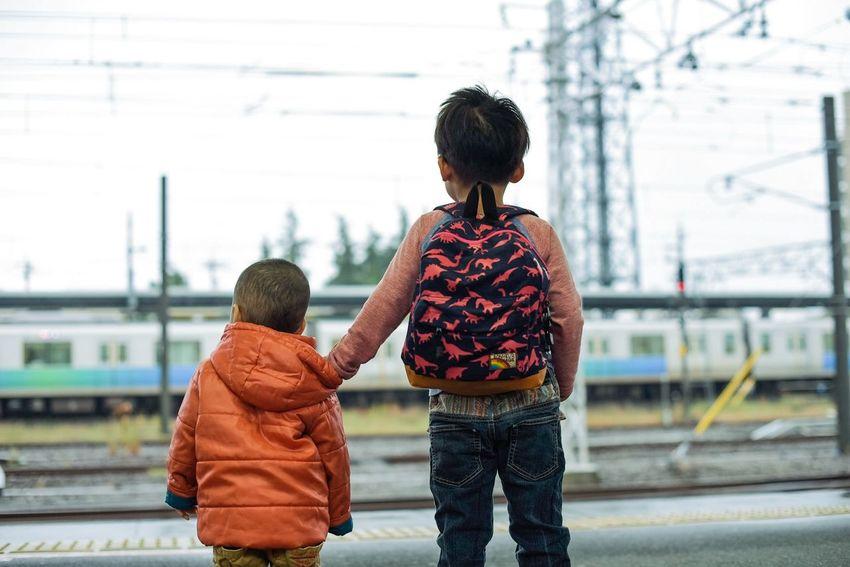 ホームで電車を見て喜ぶ兄弟2人。ふと見たら、兄が弟を制して、黄色い線の内側にいるようにしていました。小さな子でも、誰に言われなくともさらに小さな子を守ろうとするのだなと、人間の善意に小さく感動しました。 Brothers Brotherhood Love Kids Being Kids