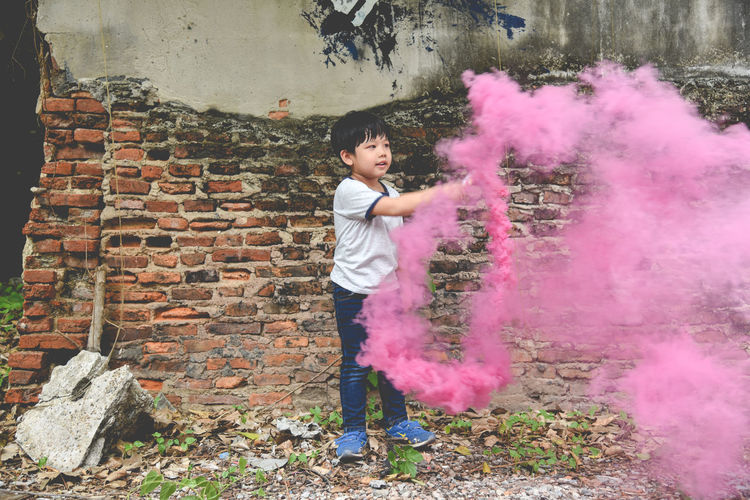 Casual Clothing Childhood Children Only Day Elementary Age Full Length Girls Holding Leisure Activity Lifestyles One Person Outdoors People Pink Color Playing Real People Standing