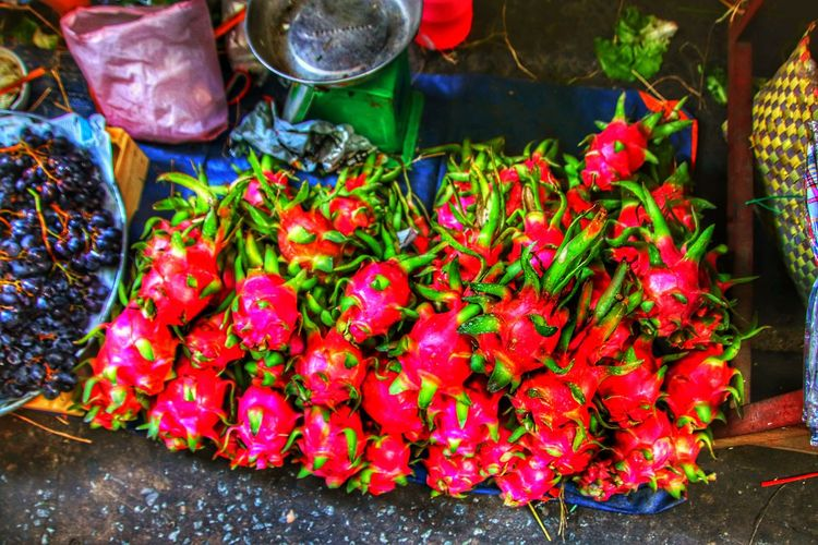 Drachenfrucht. Markt. Dragonfruit Dragonfruits Dragonfruitjuice Dragonfruit Farm Dragonfruitplant Exotic Exotic Fruit Fruits And Vegetables Sell City Vehicle Breakdown Market Business Finance And Industry Vegetable Business Travel Street Market Street Food Market Vendor Farmer's Market Farmer Market