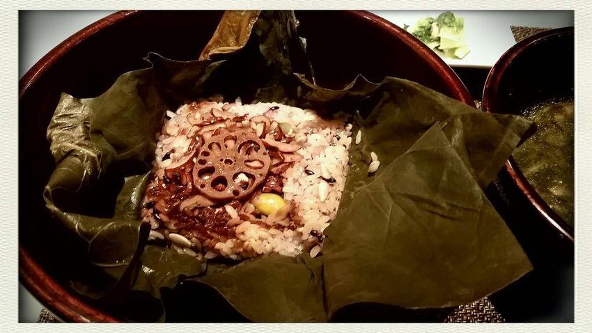 연입을 벗기면 맛있는 찰밥과 각종 씨앗과 연근의 하모니..