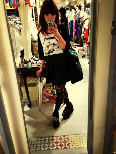 最近ずっと黒の服。若干見えるかな?髪色、ピンクとパープル♡
