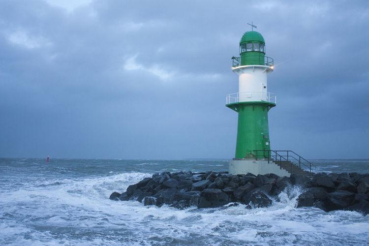 Beating Waves Darkness And Sky Die Schönheit Des Nordens Die Stadt Am Meer Hansestadt Hansestadt Rostock Lighthouse Maritime Marítim Norddeutschland Rostock Rostocker Ansichten Stormy Weather