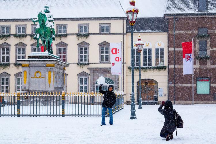 Rathausplatz, Duesseldorf, Germany City Life Deutschland Duesseldorf Düsseldorf Germany NRW Schnee Sculpture Skulptur Snow The Tourist Tourists White Winter Taking Photos Of People Taking Photos