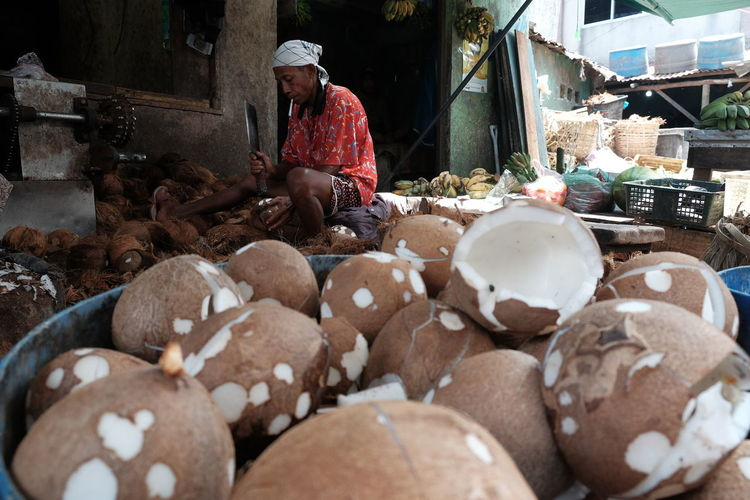 Peel the coconuts Daily Activities Daily Life Peeling Off Peelings Peeling Coconuts Coconuts Coconut Milk Traditional Market Coconut Water Working Occupation Folkindonesia