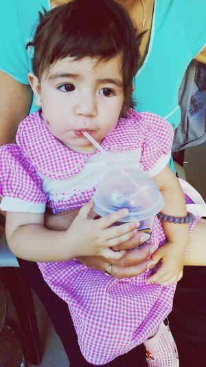 Mi nena hermosa tomando juguito Amiraa<3 Teamo♥ Nenitahermosa