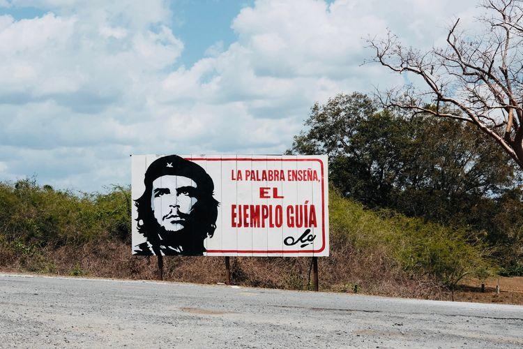 Che. Cuba Havana Propaganda Revolution Road Sign Billboard Che Guevara Communication Day Highway Nature No People Outdoors Plant Road Sign Sky Street Streetphotography Tree