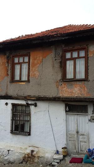 Aklının ucuna oturup kendimi bekledim, / gelmedim, gelmedim, gelmedim... (C.S.).... Old Town Old House Ineedamiracleformylostsoul Streetphotography