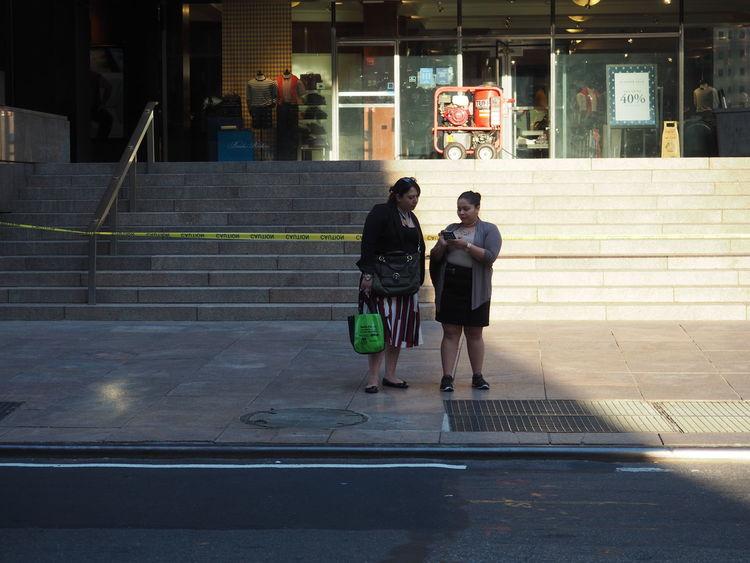 Casual Clothing City City Life Conversación Conversation Day Dos Mujeres Fotografia Fotografía Urbana Full Length Lifestyles Outdoors Partial Shade Partial Sun The Way Forward Two Women Urban Photography