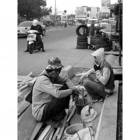 tentang Bagaimana Kita Menikmati Hidup ... Pejuangjalanan Lifestyle Streetlife Binong Bandung Lenovotography Photooftheday Photostory Pocketphotography Localfaces Blackandwhite Lzybstrd