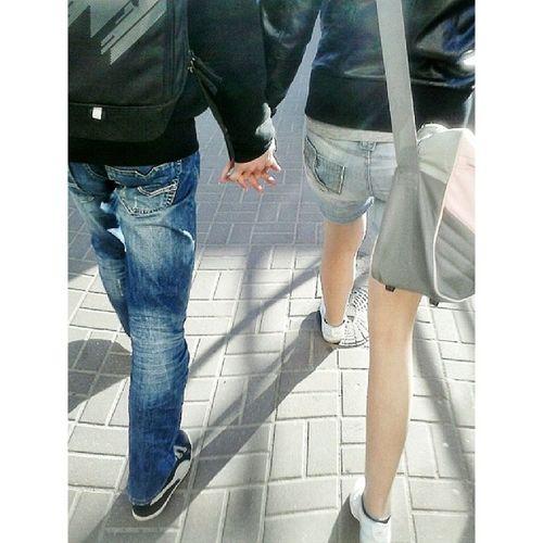 Afirmatywneszturchaniekijem Love Miłość Milosc hands skm Gdynia instagrampl igerspoland igersgdansk mobilnytydzien miasto city society spoleczenstwo pocałunek kiss poranek morning