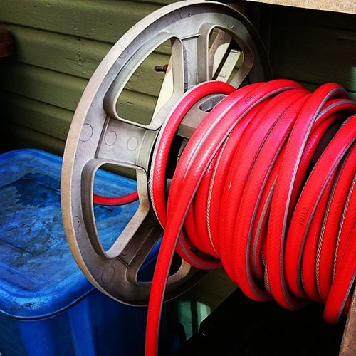 A red hose wound up and a blue recycle bin next to the green shed.. Waterhose Hose BlueBin Bin Shed Red Blue Green whpcolorplay XperiaZ3