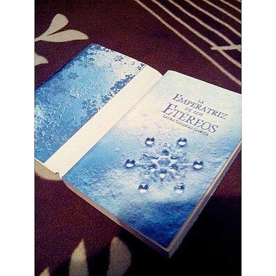 Después de haber finalizado con la trilogia 50Sombras inicio con este exelente libro LaEmperatrizDeLosEtereos @mitchie1504 cuando las cosas no van bien los libros son un buen refugio.
