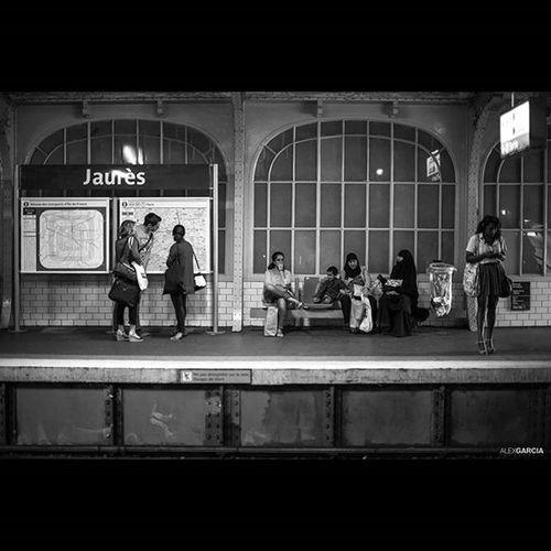 Parisien ParisMetro Streetphotography Streetphoto Photoparis Blancetnoir Metroparisien Urbanphotography Igersparis Igrsparis 263photo Paris263