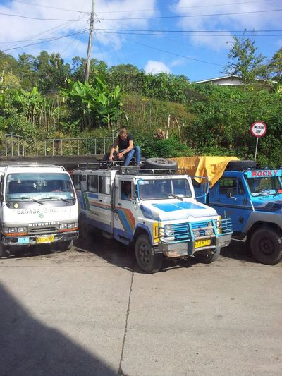 This foreign setting up his cam and getting ready to enjoy the ride up there. Coolness Lovingtheview LovingthePhilippines Foreignsliketobelocals Jeepney Halsemaview