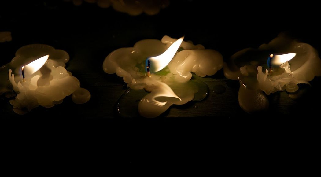 Rezando Flame Fire Burning Illuminated Fire - Natural Phenomenon Candle Heat - Temperature Indoors  Glowing Dark Lighting Equipment No People Wax Close-up Melting Night Nature High Angle View Black Background Copy Space #praying