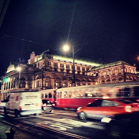 It's dark, it's 8:43pm, but the Vienna Staatsoper and the streets are full of life Lovemycity