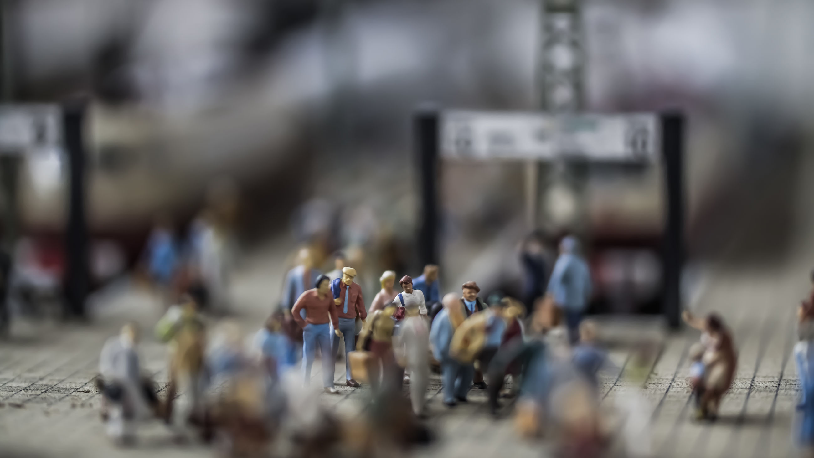 selective focus, real people, group of people, crowd, large group of people, day, adult, city, lifestyles, outdoors, men, women, leisure activity, defocused, street, figurine, armed forces, blurred motion, mixed age range