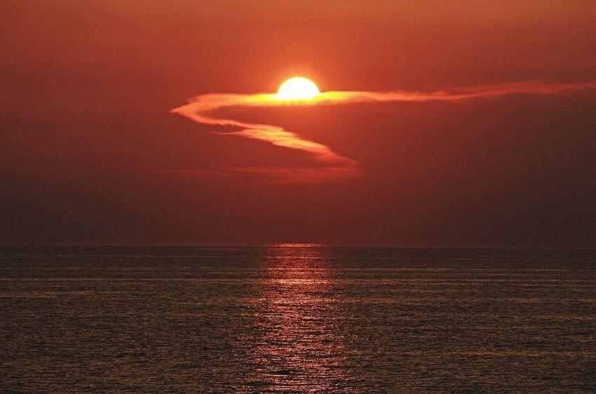 沈む夕陽と雲の道😀 sSummer2016 aAugust 2016 AAugust SSunset View. sSunset SSunset And Clouds  船上 忘備録