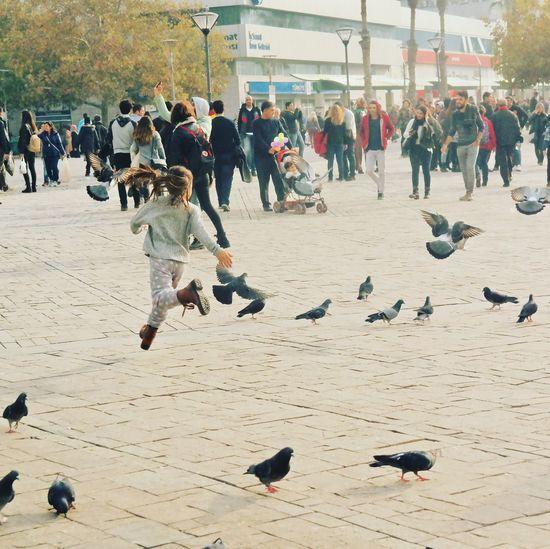 Mutlu olmak Cosku Mutluluk Sevgi Love Instaizmir Instakids Photography Kuşlar 🐦 Kids Cocuklar Saatkulesi Sokak Kuşlaruçuyor çocuk Hayatakarken Mutluluk Kadrajturkiye Konak Konak Meydanı Izmir EyeEm Ready