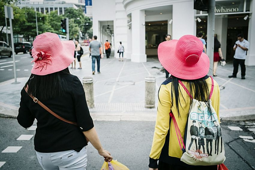 Street Photography Streetphoto_color Street Fashion Singapore ASIA Urbanphotography Togetherness Sony A7RII Leica Summicron 35 The Week On Eyem