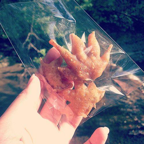 そこかしこでおばちゃんが揚げまくっている もみじの天ぷら 葉っぱ感はなくてカリッカリです✨ Autumn 箕面公園 滝道