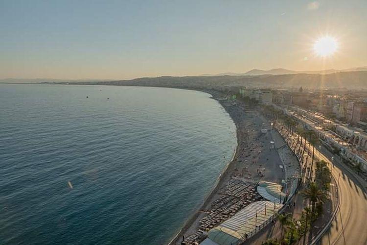 la superbe promenade des anglais à Nice sous le soleil couchant We_are_06 Nice Côte D'Azur Cotedazur French Riviera Baie Des Anges ILoveNice City Water Sunset Sea Clear Sky Cityscape Sunlight Blue Horizon Sky