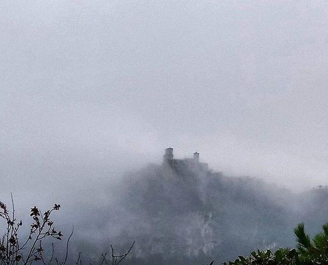 La nebbia.... sarà la Torre n.1...n. 2 o n.3?? 😄😄😂 Sanmarino Tower Republicofsanmarino Montetitano Fog Fogscape Nebbia Emiliaromagna Volgoemiliaromagna Visitsanmarino Italia Italy InstaFog Volgosanmarino Repubblicadisanmarino Instamoment Instagood