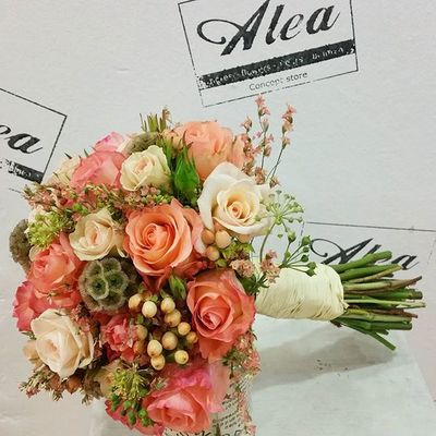 Bridal Bouquet by Alea. Congrats beautiful couple. Luxuryflowers Luxurybouquets Luxuryweddings Bridalbouquet RamoDeNovia Sposa Bouquet Novia Novias Bride Flowers Fleurs Fiori Blumen Mazzodifiori Bouquetsposa Vigo SPAIN Galifornia Lovemyjob