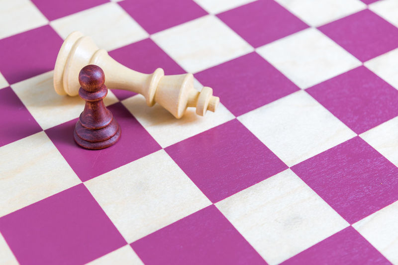 KO Fight Challenge Death Chief Power Strenght Measure Size Big And Small David And Goliath Chess Piece Chess Chess Board Strategy Leisure Games Checked Pattern High Angle View Close-up Checked King - Chess Piece Pawn - Chess Piece Battle